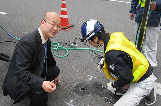 こうした機材で道路下を調査。スコープのようなものが先についてます。