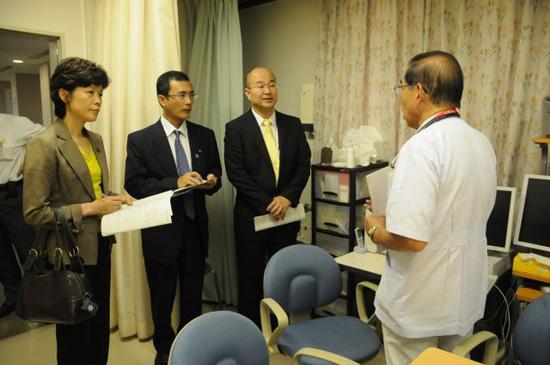 県立中央病院のがん相談支援センター等を視察